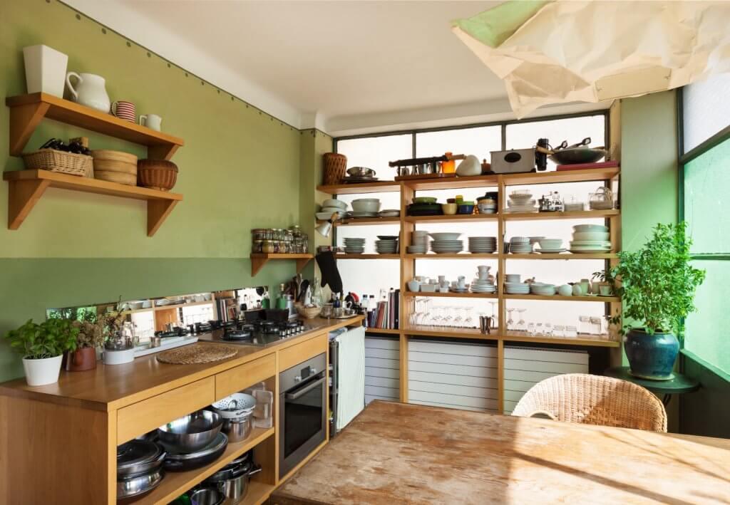 מטבח מעוצב באווירה כפרית צעירה